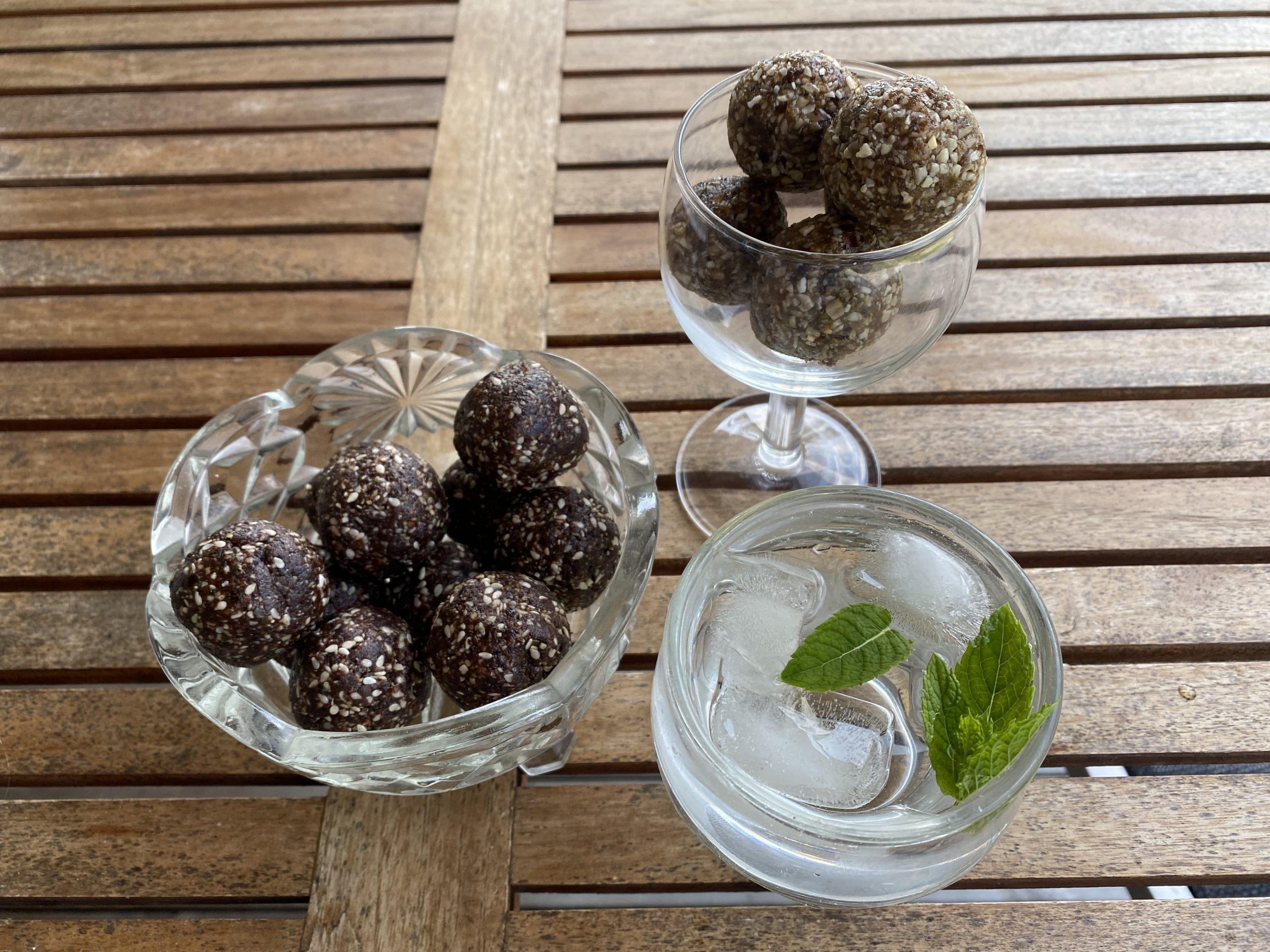 Två olika sorters mumsiga rawbollar